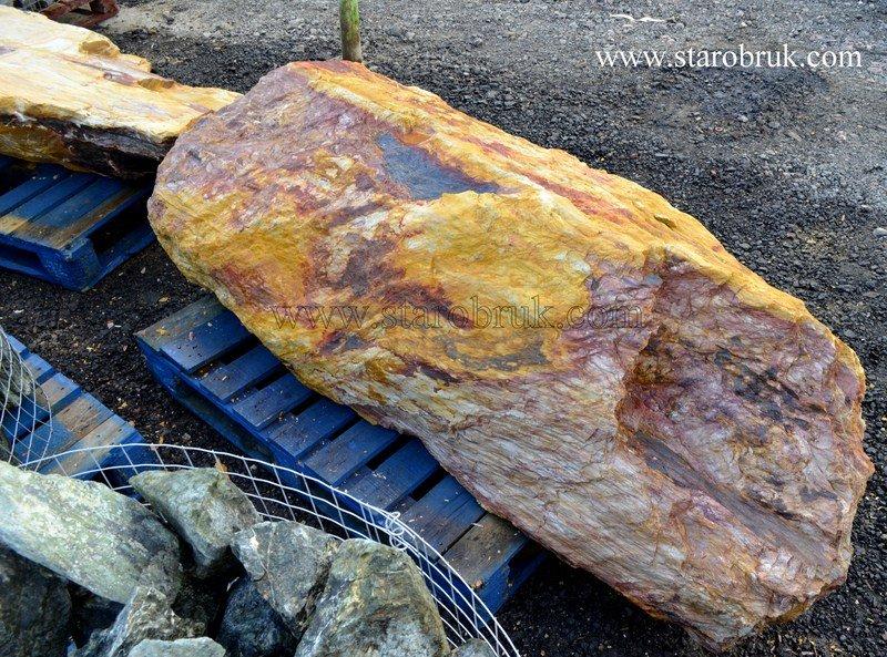 Bryły głazy monolity starodrzewiaste czerwono żółte drzewiaste skała łupek