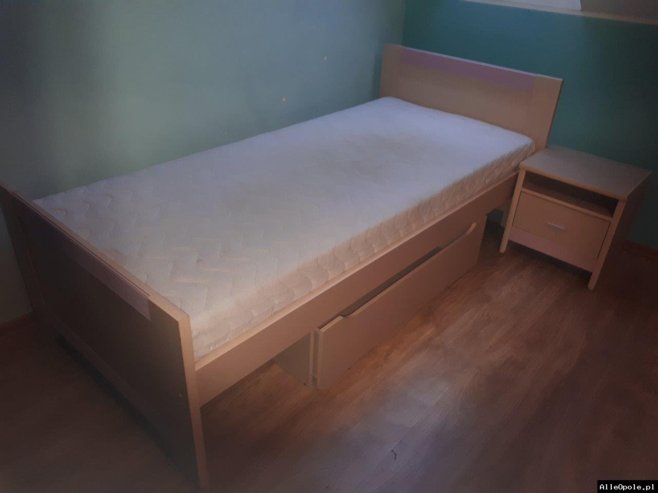 Sprzedam łóżko wraz z szafką nocną 245 pln