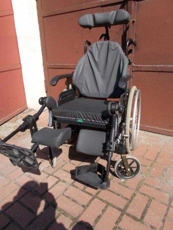 Wózek inwalidzki specjalny z elektryczną regulacją siedziska