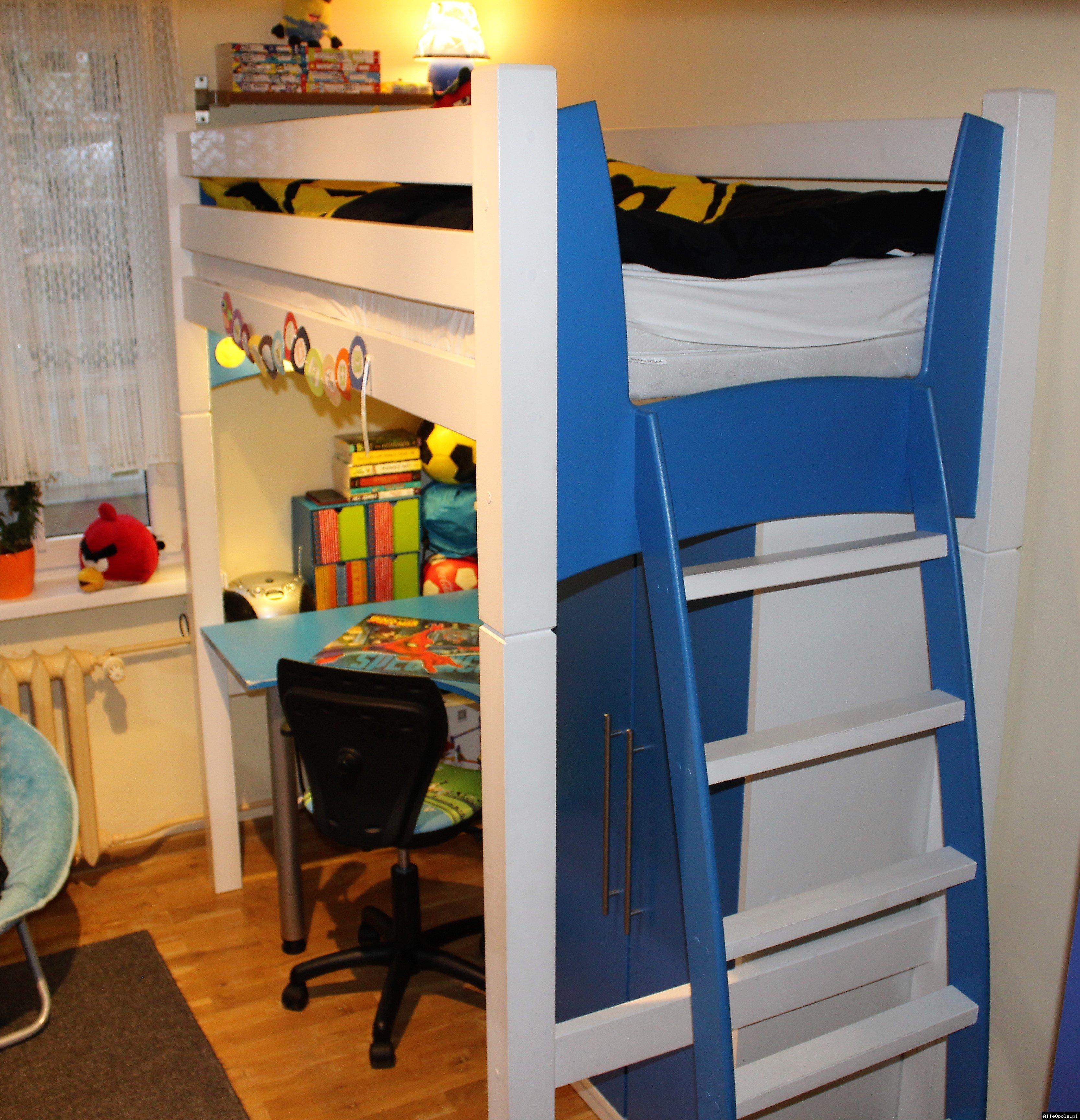 Łóżko piętrowe z narożnym biurkiem, szafą, materacem i fotelem